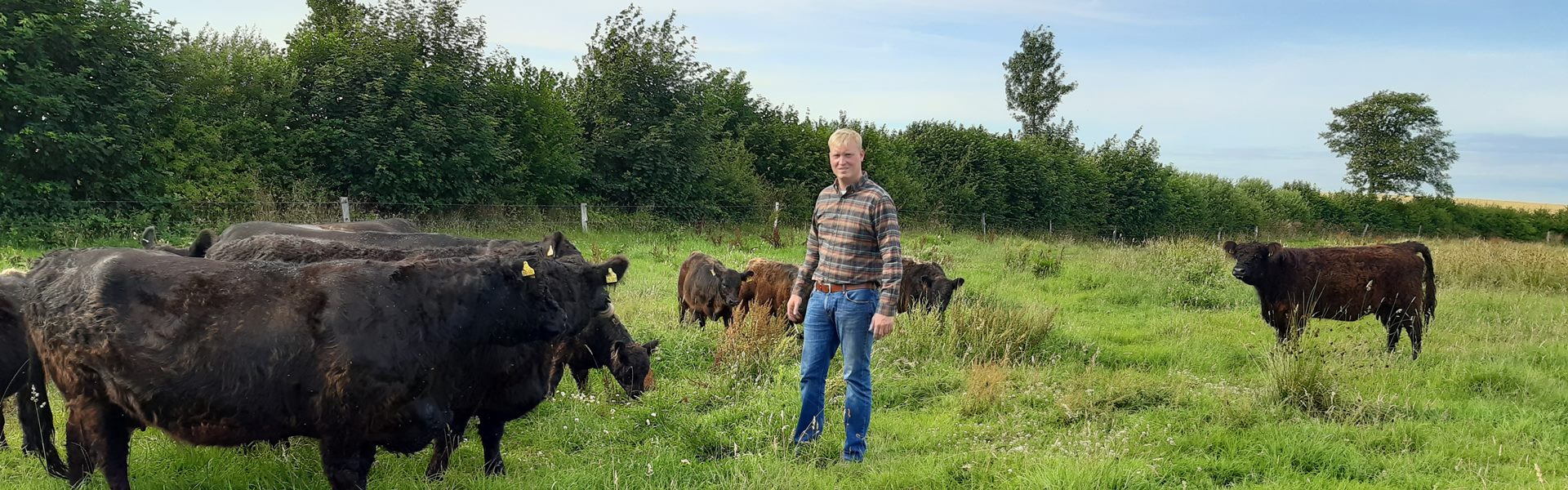 Marten Nissen beim Kontrollgang auf den Weiden im Oxbektal